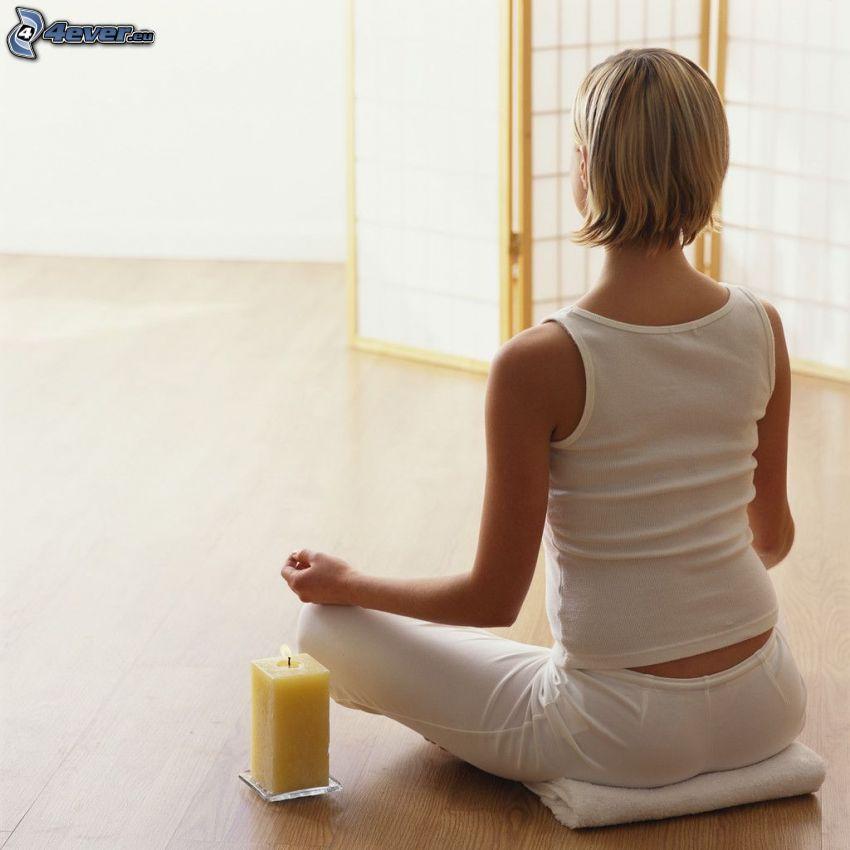 meditazione, yoga, candela, seduta a gambe incrociate