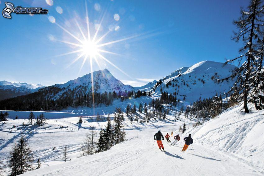 pista da sci, sciatori, sole, colline coperte di neve