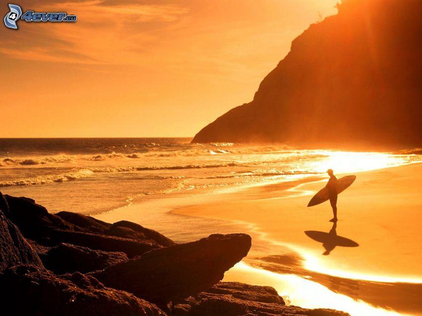 surfer, spiaggia al tramonto, mare, onde sulla costa, cielo arancione