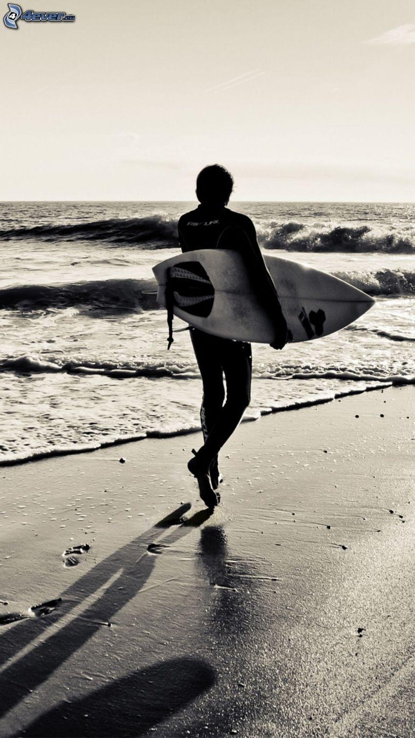 surfer, spiaggia sabbiosa, alto mare, tracce in sabbia, foto in bianco e nero