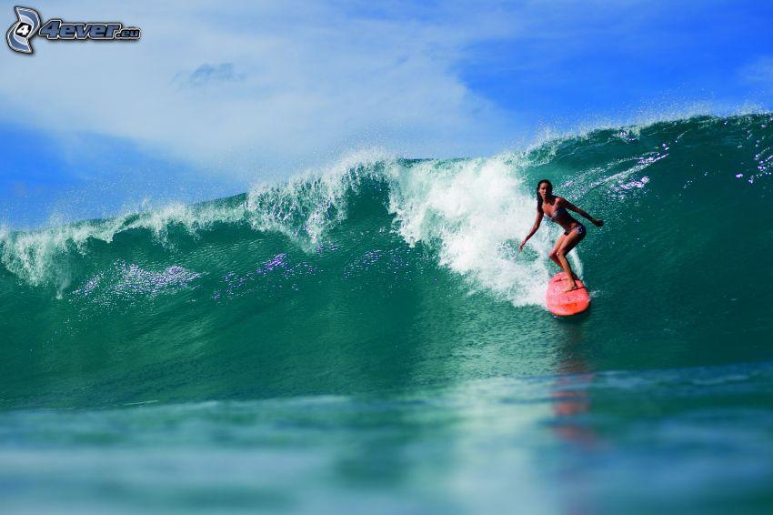 una surfista, onda, mare