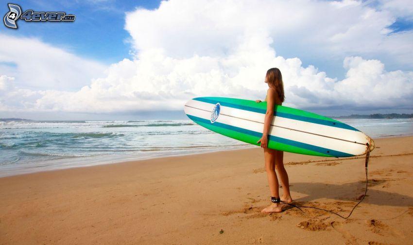 una surfista, surf, spiaggia sabbiosa, alto mare