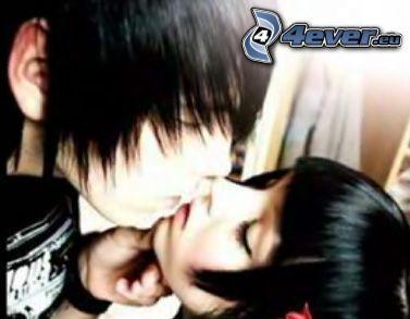 emo coppia, amore, un bacio veloce