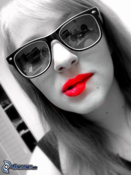 labbra rosse, occhiali