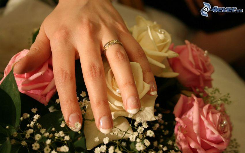 mano, anello di nozze, rose