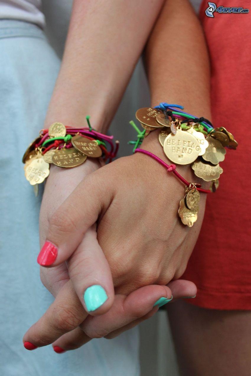 braccialetti, mani della ragazza, unghie dipinte