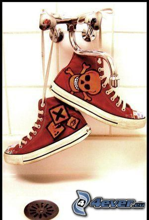Converse, sneaker, sneakers rosse, sneakers con teschio, rubinetto, lavandino
