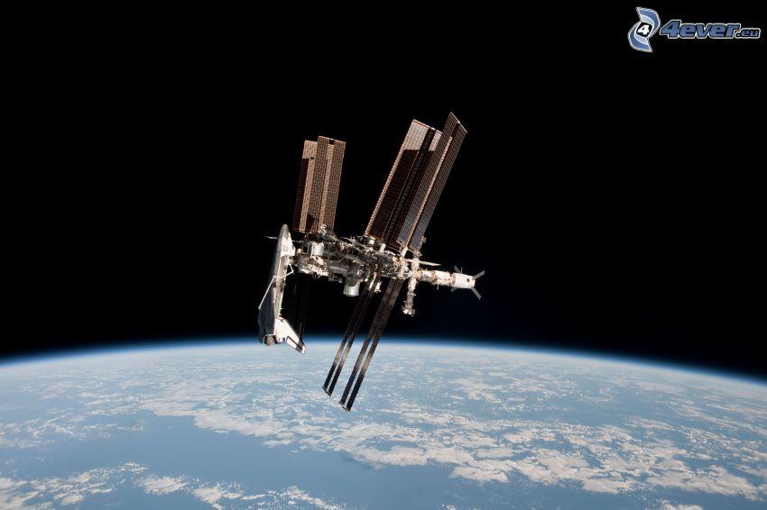 Endeavour attaccato alla ISS, ISS sopra la Terra