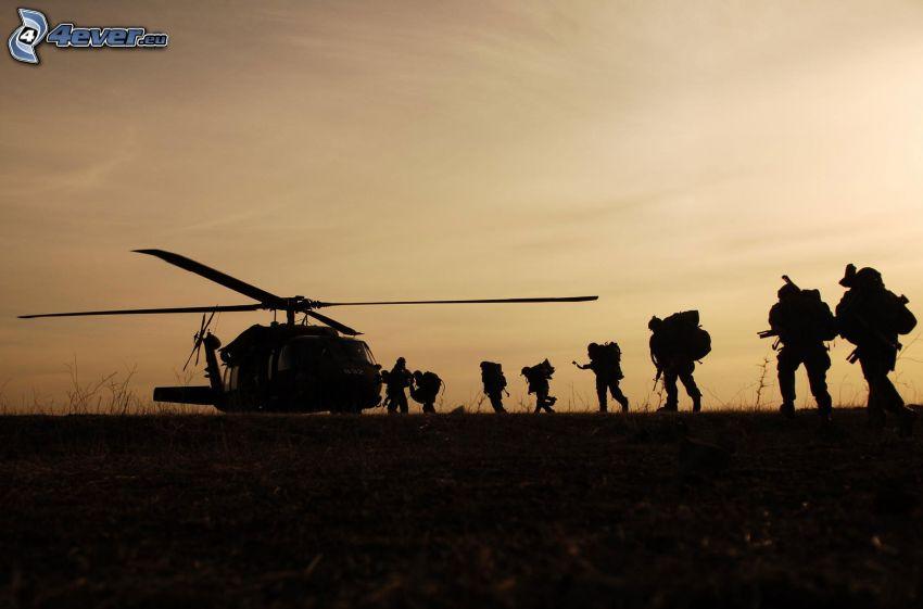 Elicottero militare, soldati