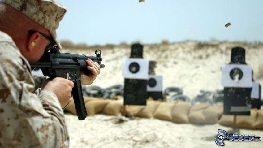 soldato con una arma, bersagli