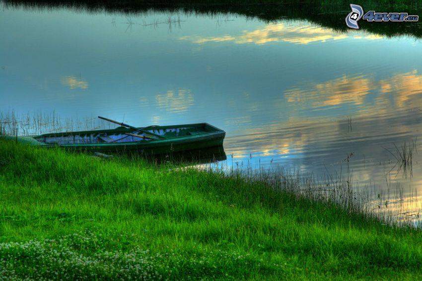 barca in riva al mare, il fiume, erba verde