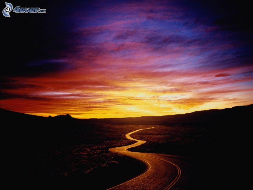 strada serpeggiante, cielo di sera