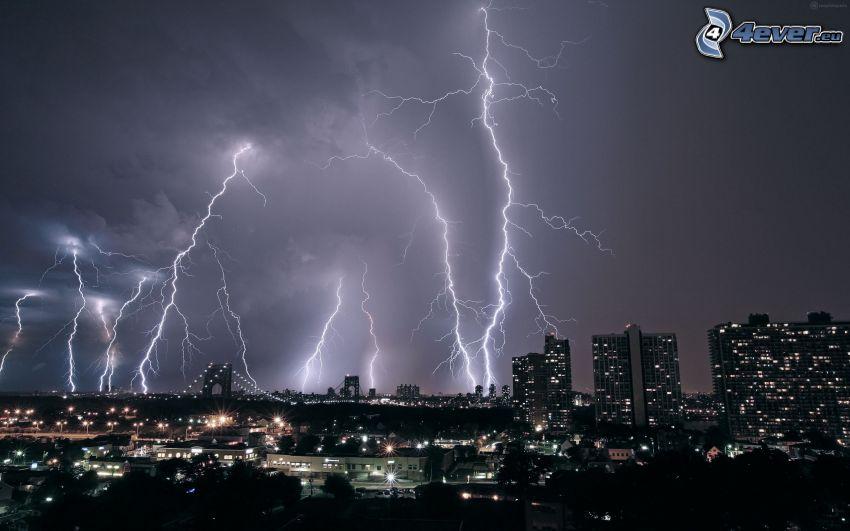 città notturno, fulmini