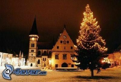 piazza innevata, albero di Natale, piazza Rossa