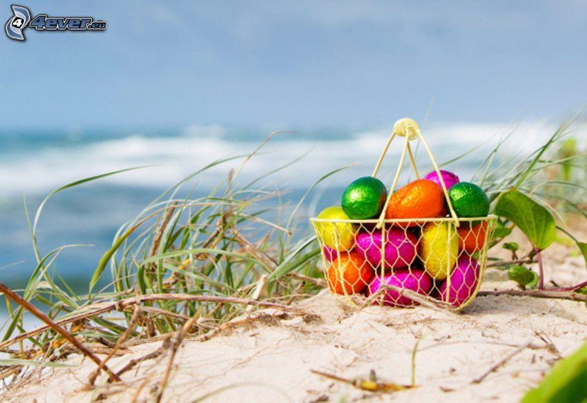 uova di pasqua, uovo di cioccolato, spiaggia sabbiosa, mare