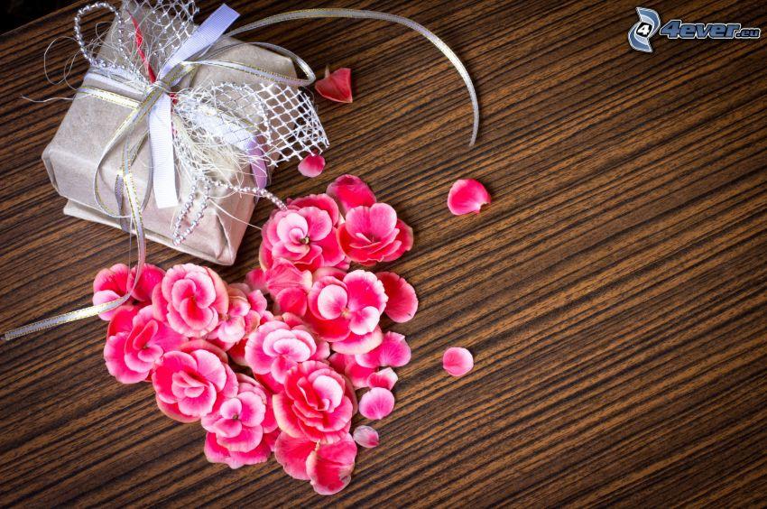 regalo, cuore, petali di rosa