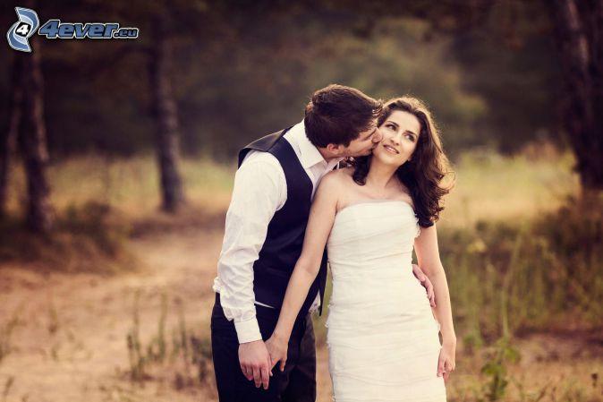 esküvői pár, puszi