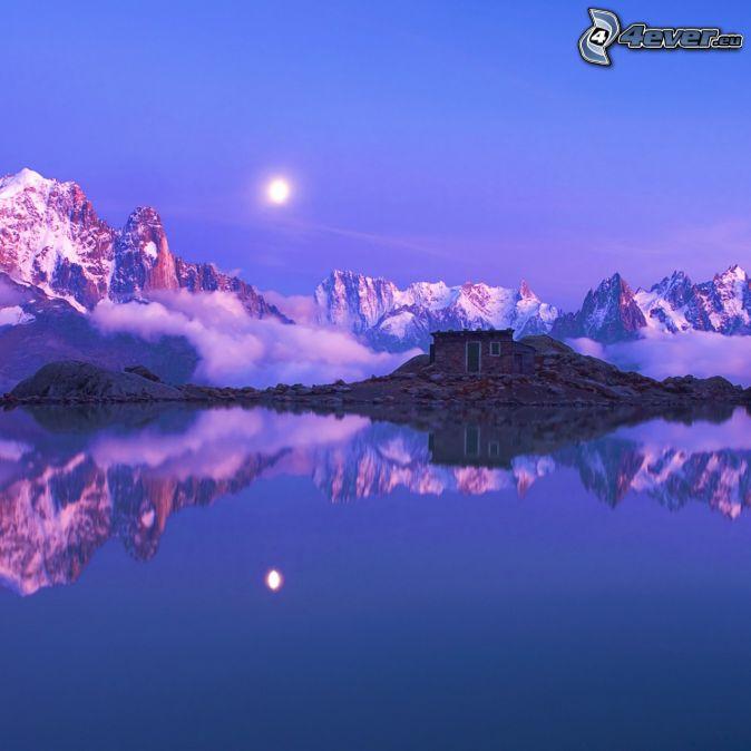 Alpok, havas hegyek, nap a felhők mögött, ház a tónál, visszatükröződés