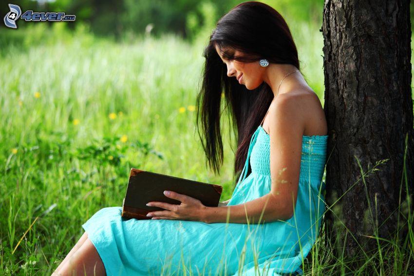 lány könyvvel, lány a réten