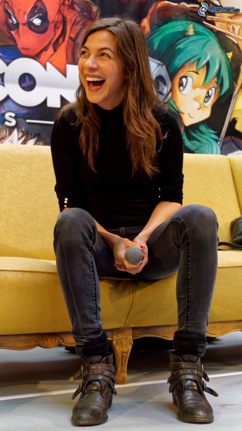 Natalia Tena, nevetés, mikrofon