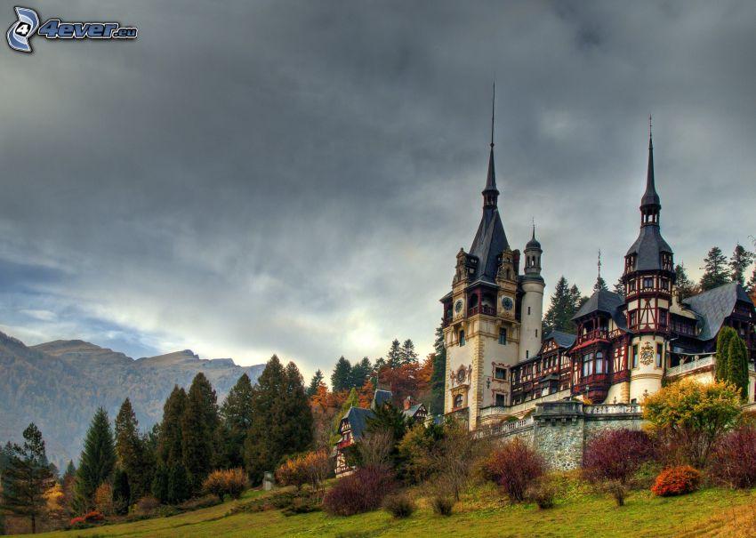 Peles kastély, erdő, hegyvonulat, sötét felhők