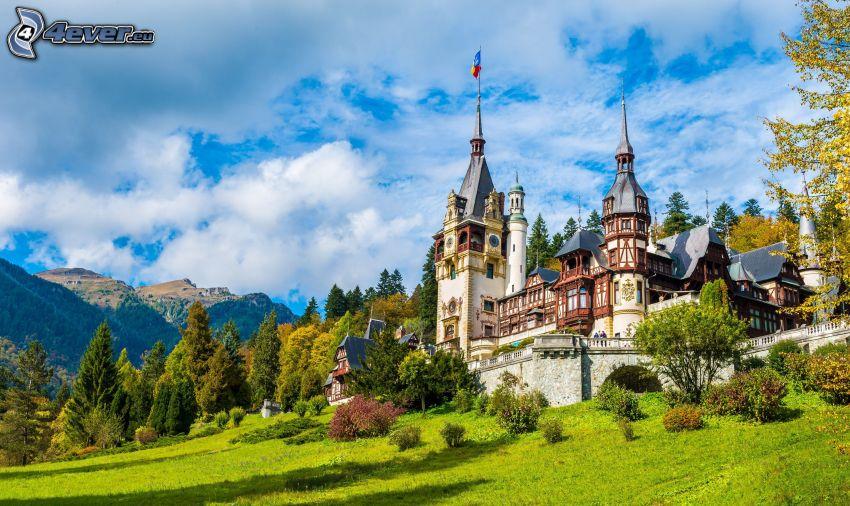 Peles kastély, erdő, rét, hegyvonulat