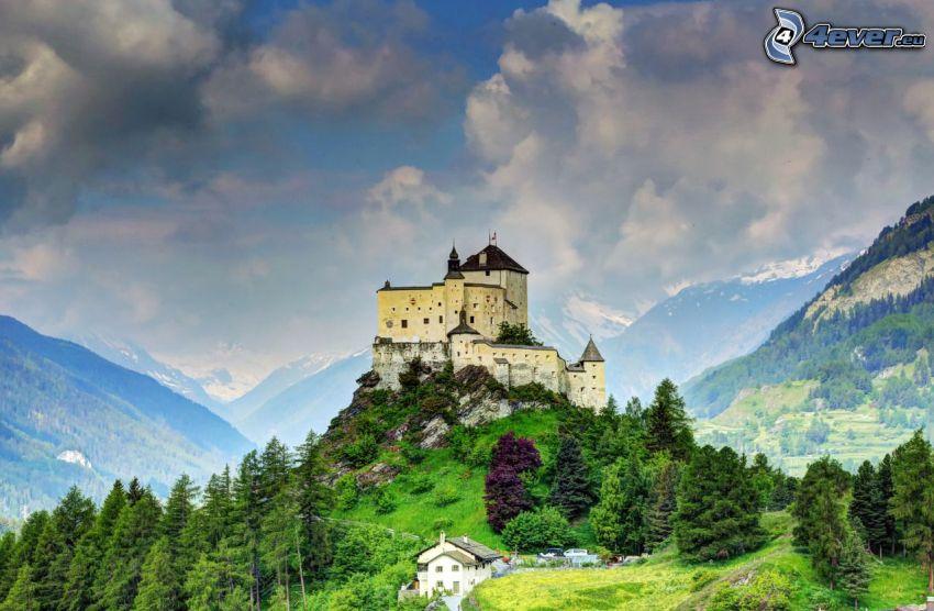 Tarasp kastély, tűlevelű fák, felhők, hegyek, HDR