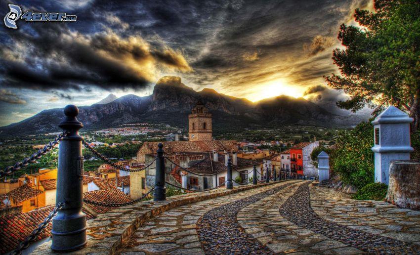 út, járda, házak, sziklák, felhők, HDR