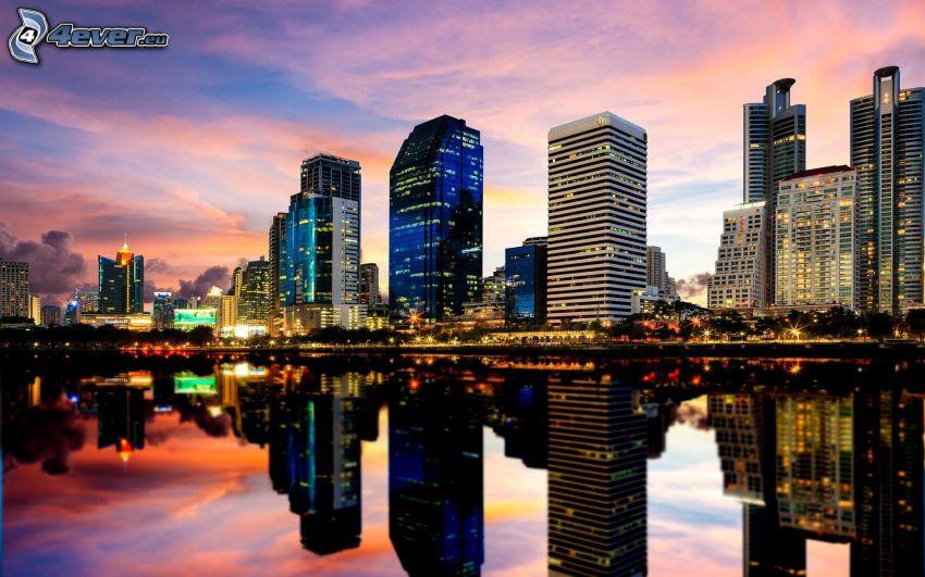 Bangkok, felhőkarcolók, visszatükröződés, esti város