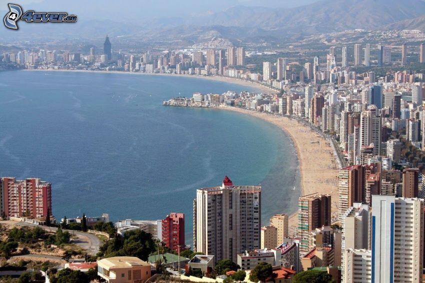 Benidorm, tengerparti város, felhőkarcolók, strand