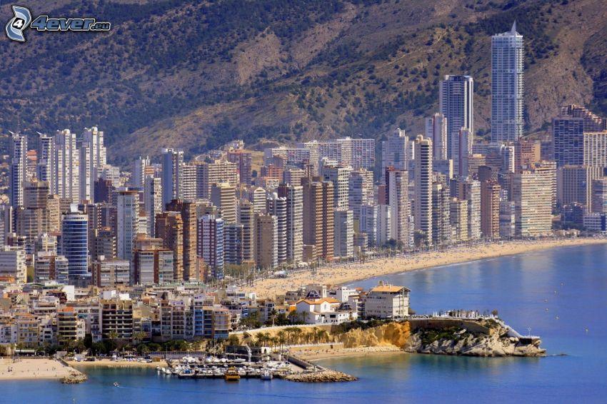 Benidorm, tengerparti város, felhőkarcolók