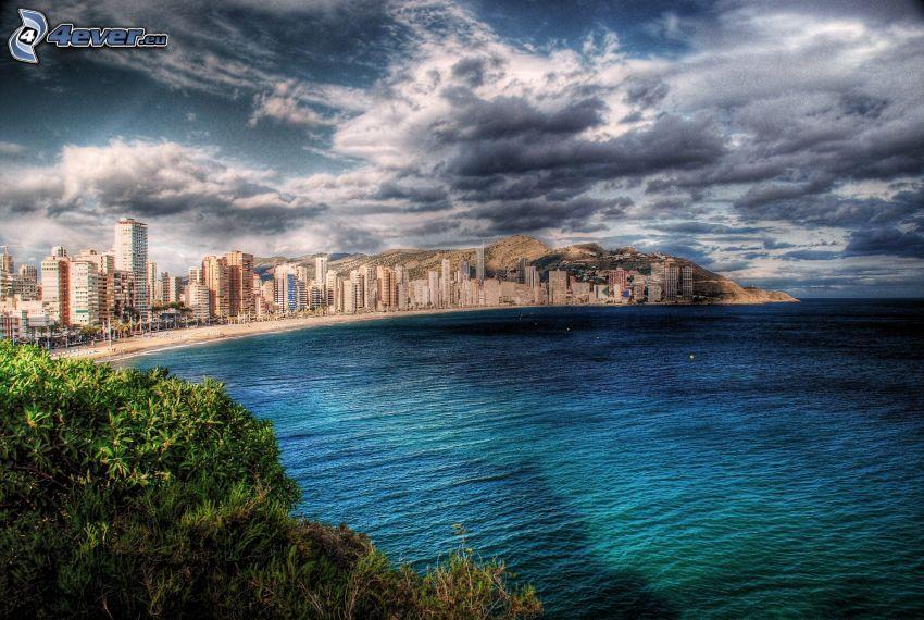 Benidorm, tengerparti város, sötét felhők, HDR