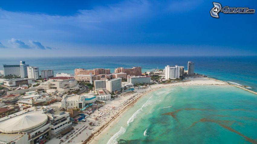 Cancún, tengerparti város, felhőkarcolók, nyílt tenger