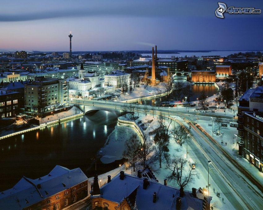 kilátás a városra, este, hó, folyó, Finnország