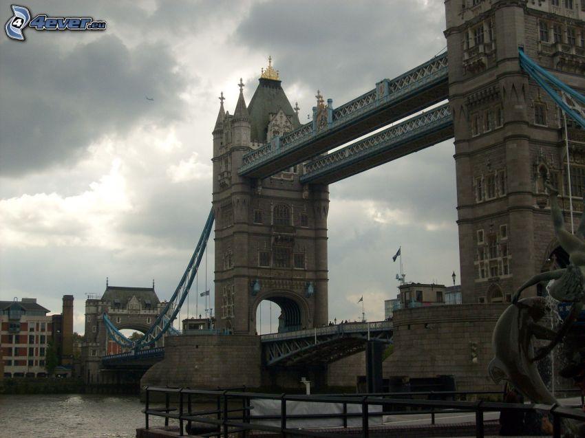 London, Tower Bridge, sötét felhők