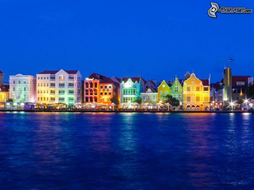 színes házak, éjszakai város, Curaçao