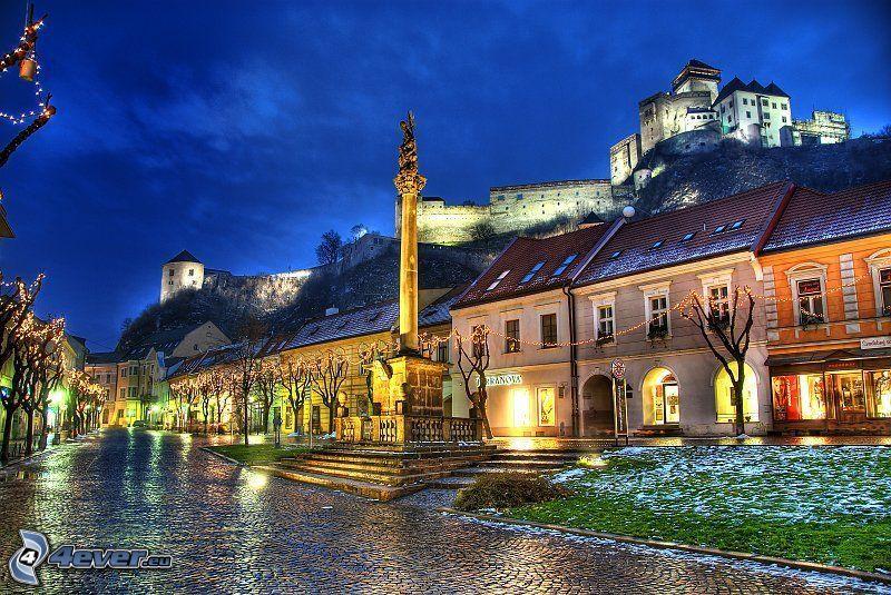 Trenčín, főtér, Trencséni vár, szobor, kivilágított utca, HDR