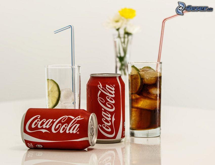 Coca Cola, pohár, zöldcitromok, szívókák