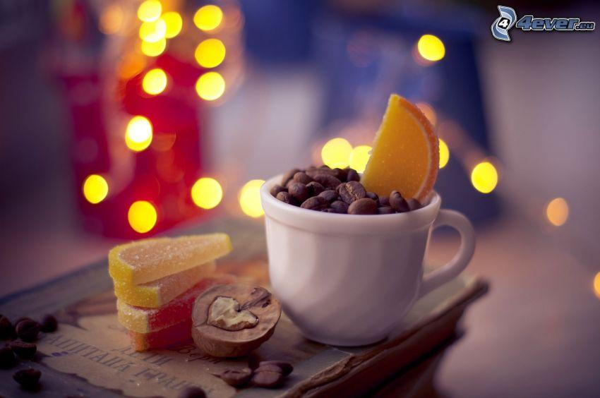 csésze, kávészemek, cukorkák, zselé, dió