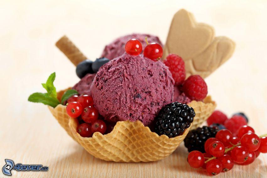fagylalt, piros ribizli, málnák, fekete szeder, tölcsérek