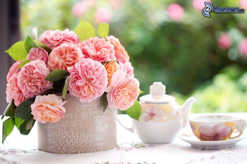rózsaszín rózsák, virágok vázában, teáskanna, egy csésze tea