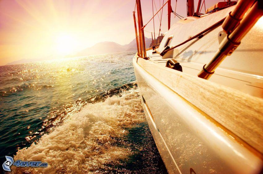 hajó a tengeren, jacht, naplemente a tenger fölött