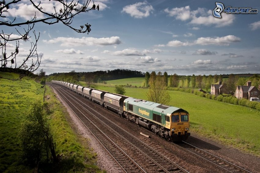 vonat, sínek, zöld rét, felhők