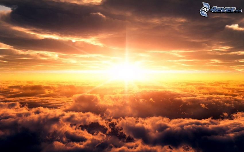 naplemente a felhők felett