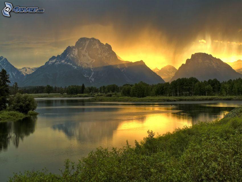 Mount Moran, Wyoming, tó, tűlevelű erdő, napsugarak, sziklás hegységek