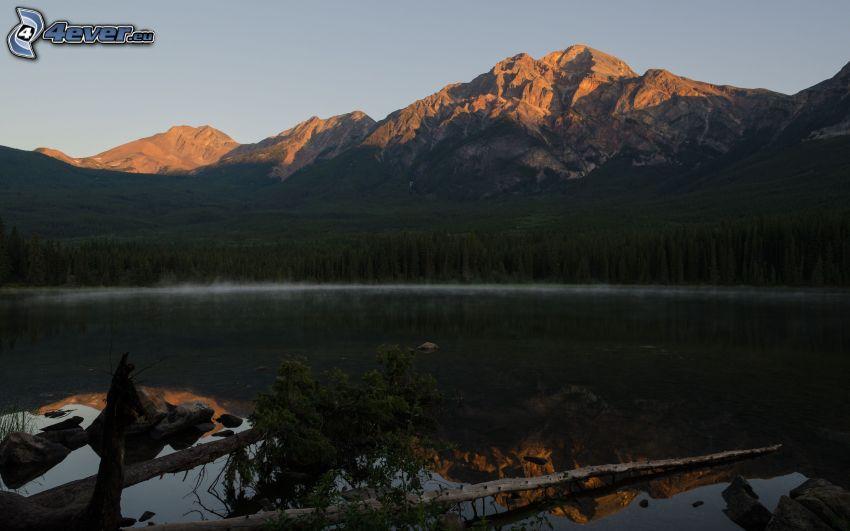 Pyramid Mountain, sziklás hegység, tűlevelű erdő, tó, visszatükröződés