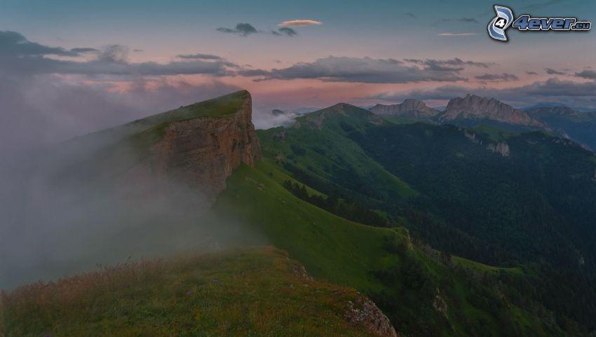 sziklás hegységek, köd, kilátás a tájra, fák, este