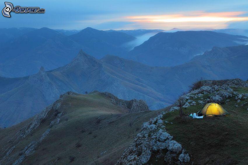 sziklás hegységek, sátor, este
