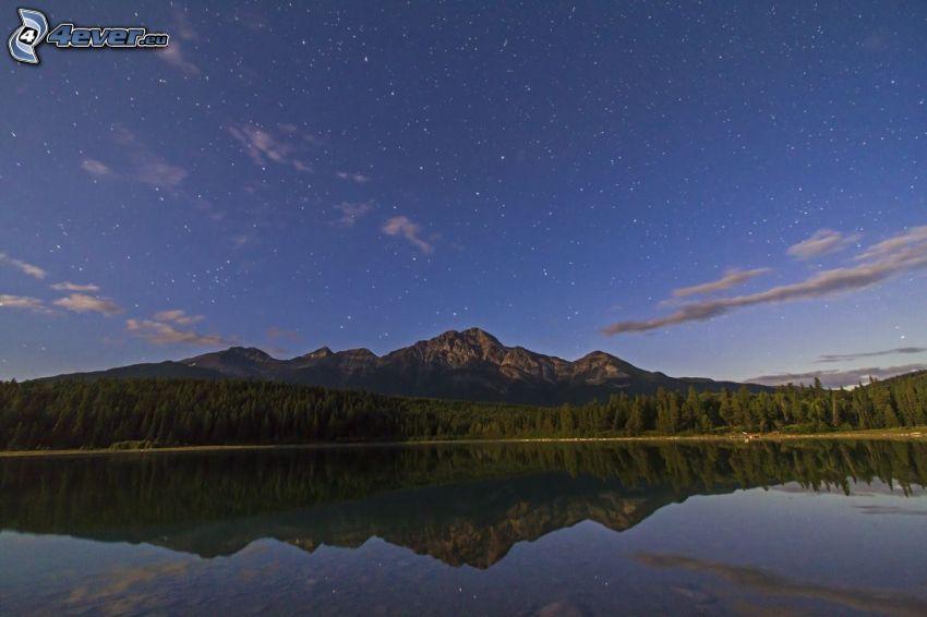 sziklás hegységek, tűlevelű erdő, tó, visszatükröződés, csillagos égbolt