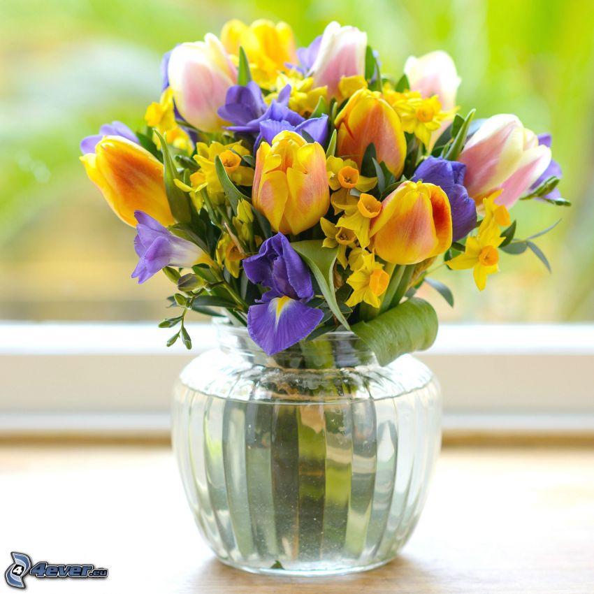 virágcsokor, virágok vázában, sárga tulipánok, nárciszok